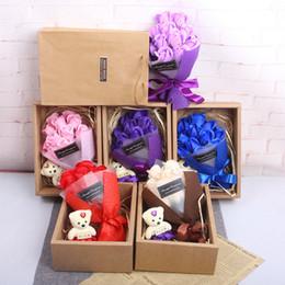 Saponi decorativi favori di nozze online-Sapone Rose Fiori decorativi 7pcs con Petalo di fiori d'orso Petali Bomboniere Regalo di San Valentino Arcobaleno Rose Bouquet