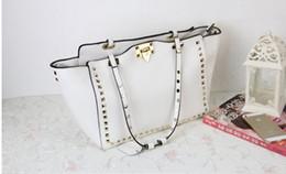 голые дизайнерские сумочки Скидка Дизайнер - многоцветная сумка из натуральной кожи с роскошной v-образной отделкой, вдохновляющая обнаженную черно-синюю белую сумку взлетно-посадочной полосы классика 43 * 25 * 13 см