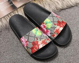 cadena t correa tacones Rebajas Zapatos de diseñador de primera calidad Deslice la moda de verano de ancho sandalias resbaladizas planas Flip Flop tamaño 35-45 caja de flores