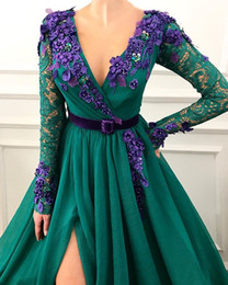 Flor verde vestido largo online-2019 Vestidos de noche de color verde oscuro sexy encaje de manga larga Bata de soler Moda Cuello en pico Flores Frente dividir Vestidos de fiesta de graduación A-L