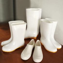 Botas de chuva mulheres brancas on-line-Rainshoes homens galochas mulheres de borracha sapatos de chuva sapatos de geléia à prova d 'água bota banda sapatos de chef branco flats plus size 44 45 46 47