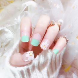 2019 pregos verdes 24 Pcs Artificial pregos falsificados Flat Top Francês Flower Nails verde falso com Designs For Manicure material Z222 pregos verdes barato