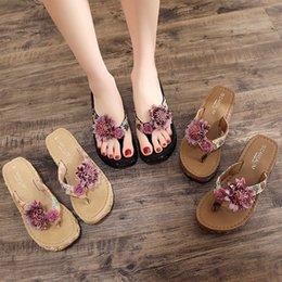 Ropa de playa online-Una nueva e interesante de tacón alto zapatillas mujeres fuera del verano del desgaste suela gruesa-playa zapatos Pies Moda Clamp flip flops Mar