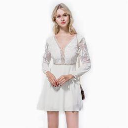 2019 modèles d'explosion d'été robe en mousseline de soie col en V cravate crochet fleur dentelle ajourée robe de mode en mousseline de soie fraîche ? partir de fabricateur