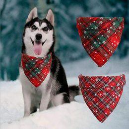 Bufanda triángulo pequeño online-Pañuelo para perros de Navidad del copo de nieve de Buffalo a cuadros del animal doméstico de la bufanda del triángulo baberos pañuelo para mascotas accesorios del traje de Pequeño Mediano Grande Perros gatos domésticos