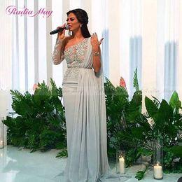 Une robe à manches cape d'épaule en Ligne-Arabe argent gris une épaule manches longues robe de soirée de Dubaï avec cape appliques de dentelle mousseline de soie longues robes de bal de célébrité