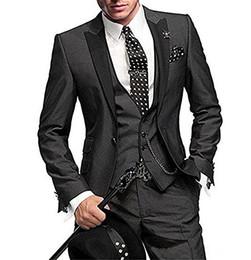 I vestiti grigi degli uomini i risvolti neri online-I più nuovi smoking dello sposo grigio antracite Groomsmen picco nero bavero Best Man Suit matrimonio / uomo abiti Blazer sposo (giacca + pantaloni + cravatta + gilet) A13