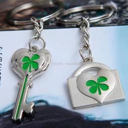 Favori di nozze portachiavi cuore online-Metallo Lucky Clover Couple Keychain Lovers cuore Key Lock Keyring Wedding Party favore Keychians imballaggio della carta DHL LIBERA il trasporto
