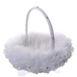 2019 cestas de flores para casamentos Branco Da Pena Da Avestruz Flower Girl Cesta Elegante Rodada De Seda Cesta De Flores De Noiva Favores Do Casamento Acessório de Noiva Nova CPA1911