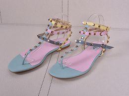 Sandália de tanga sandália de tornozelo on-line-Venda quente-Mulheres Sandálias Flat Moda Rebites Studded Ankle Strap Sandálias Das Mulheres de Grande Porte Sapatos de Verão Casuais Thong Sandálias