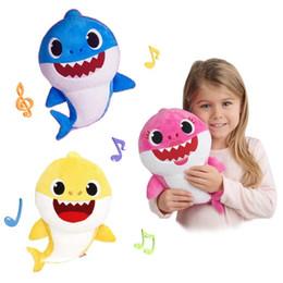 Sonido de peluche online-Bebé tiburón relleno iluminación Shiner muñecas Squeeze dibujos animados juguetes de peluche canto sonido suave muñeca para niños regalo de Navidad fiesta de suministro