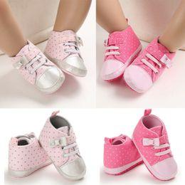 Zapatillas de lona rosa bebé online-Muchachas de los bebés recién nacidos dulce del punto lienzo suavemente único punto rosa atan para arriba infantil antideslizante zapatillas de deporte 2019