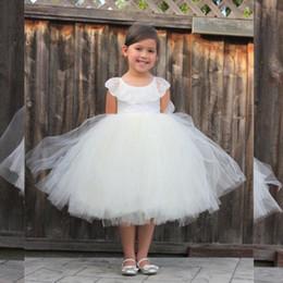 Longitud del té vestidos de niña de flores blancas online-2020 White Tulle Tea Length Vestido de primera comunión para niños Vestidos para niñas de flores Cuello joya de encaje Vestidos cortos para niñas