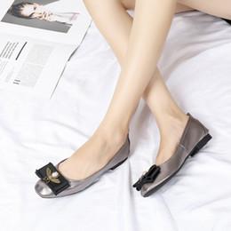 Punta estrecha sandalias de las señoras de las mujeres atractivas banquete de boda oficina moda bombas plana charol diseñador original marca zapatos de vestir wl18110607 desde fabricantes