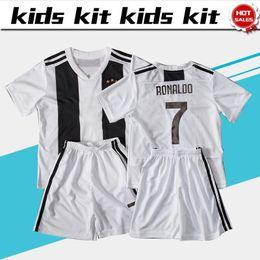 ronaldo белая майка шорты Скидка Kids # 7 RONALDO Домашний белый футбол Джерси Детский комплект 18/19 # 10 DYBALA home Футбольные майки Детская футболка Топы + шорты