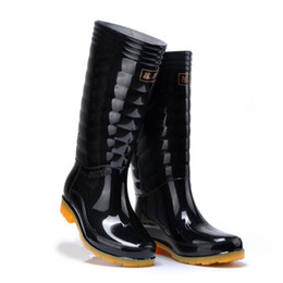 jäger gummistiefel frauen Rabatt Hot Sale-Men Fashion Regen Stiefel Dünnschliff Schwarz Ketten Wasserdicht Welly Plaid Kniehohe Rain 2016 New Fashion Design Tall High Goo
