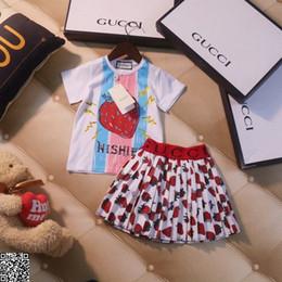 Vestiti di fragola da bambini online-Gonna da ragazza set per bambini vestiti firmati Strawberry Printing White t shirt + Fashion piega gonna 2 pezzi Summer Strawberry Printing sets