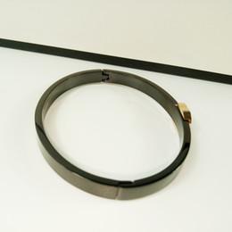 Mani ornamenti online-Nuovo stile Classico europeo Bracciale in acciaio di titanio Ornamenti a mano Accessori di moda CC nero per accessori da banco