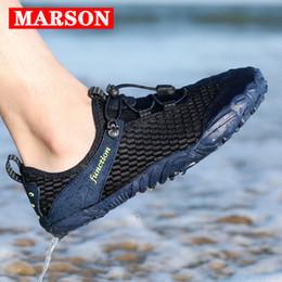 2019 scarpe d'acqua subacquee MARSON Water Shoes Men Beach Sandals Upstream Aqua Shoes Uomo Quick Dry River Sea Slippers Immersioni Calze da nuoto Tenis Masculino scarpe d'acqua subacquee economici