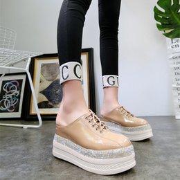 2020 zapatos de charol al aire libre de las mujeres Patente de cuero Wild2019 El grosor de la plataforma de la pendiente inferior con sandalias Chalaza Baotou admite zapatos de mujer al aire libre de medio deslizador rebajas zapatos de charol al aire libre de las mujeres