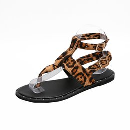 Sandali bianchi neri di boemia online-Leopard Women Sandals Peep Toe Gladiatore Sandali per le donne Bohemian Gladiatore Sandali in pelle Flats Estate Scarpe nero bianco