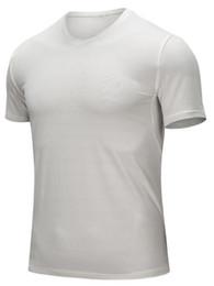 Hombres ajustados pantalones cortos blancos online-aptitud ropa ceñida blanco-gris 2019 de los hombres que ejecutan ropa deportiva tramo de manga corta de secado rápido camiseta