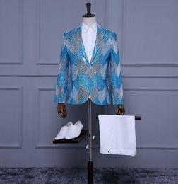 2019 pantaloni di vestito dal cielo blu degli uomini Blazer uomo vestito set con pantaloni mens blu cielo abito paillettes costume cantante stella stile danza fase abbigliamento abito formale pantaloni di vestito dal cielo blu degli uomini economici