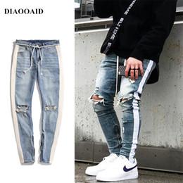Jeans hiphop masculino on-line-Diaooaid 2018 Novo Streetwear Hiphop Personalidade Calças De Brim Dos Homens Lado Com Zíper Rasgado Moda Masculina Destruído Skinny 2 Cores Denim Calças Y190510