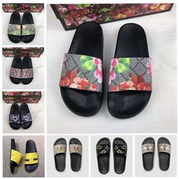 Mejores zapatos para el verano online-Hombres Mujeres Sandalias Zapatos de diseño de lujo de diapositivas de verano mejor moda de ancho planas sandalias resbaladizas zapatillas Flip Flop tamaño 35-45 flor
