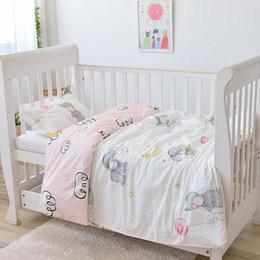 elefantenbabybettwäsche Rabatt Mit dem Füllen des weichen Babybettwäschesatzes des rosa Elefanten Säuglingsjungenmädchen Krippen-Bettwäschesatz für Mädchen entfernen Sie und waschen Sie sich, Duvet / Sheet / Pillow
