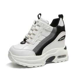 Scarpe da donna bianche Scarpe da donna con plateau e zeppa sneakers  snellenti Chunky altezze nascoste aumento 10CM Sneakers traspiranti da  donna sconti ... 405c224edb2