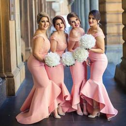 Vestidos de dama de honor de sirena árabe rosa sexy Apliques de encaje en el hombro Alto bajo Invitado de la boda Vestidos Más tamaño Vestidos de dama de honor personalizados desde fabricantes