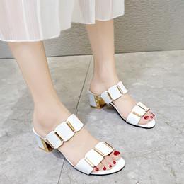 2019 sandalias de tacón coreano La nueva versión coreana de las sandalias Baita para mujer en verano de 2019 lleva tacones gruesos y medianos a la moda. sandalias de tacón coreano baratos