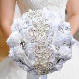bouquet di nozze in raso rosa Sconti Bianco avorio perle di cristallo rosa satinata mazzi di fiori 2019 economici artificiali da sposa in possesso di fiori fatti a mano fiori borda AL2137