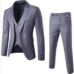 2019 trajes blancos únicos Traje de hombre + Chaleco + Pantalones 3 Piezas Conjuntos Trajes delgados Boda del banquete de chaqueta Chaqueta de hombre de negocios Padrino de traje de trajes Conjuntos