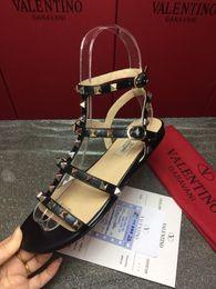 Mejores zapatos para el verano online-2019 fashion Best Buckle-strap Zapatos de mujer Sandalias de marca Gladiador tachonado con remaches Zapatos de mujer Mujer de lujo