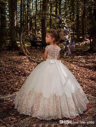 2019 ziemlich weiße knielänge kleider Blumenmädchen Kleider Geburtstag Look Off Schulter Applique Ballkleid Mädchen Festzug Kleid nach Maß