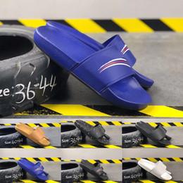 2019 Роскошный Дизайнер Мужская Обувь Мода Черный Классический Белый Синий Мужчины Женщины Тапочки Peep Toe Сандалии Широкие Плоские Резиновые Горки Размер 36-44 от