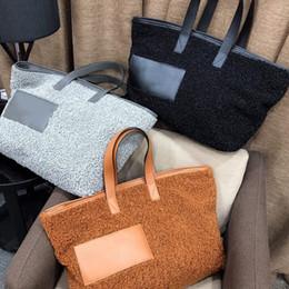 Kadınlar tasarımcı çanta marka bayan çanta yüksek kaliteli kadın çantası düz renk kuzu saç tasarım çanta büyük kapasiteli 46 * 35 bayanlar alışveriş çantası nereden