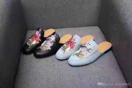 2019 zapatillas dedos calientes Venta caliente popular de las mujeres deslizador delicados dedos del pie 3D bordado plano y redondo Zapatos desgastes de las señoras de la flor de la moda de alta calidad tamaño grande 42 rebajas zapatillas dedos calientes