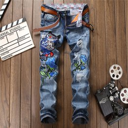 2020 stickerei-designs hose Design New Loch zerrissenen Jeans-Männer Fashions Stickerei Tier Blau Denim-Hose Top-Qualität Frühlings-Herbst-Zip Jeans mit geradem Schnitt günstig stickerei-designs hose