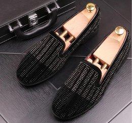 2019 zapatos de boda bling pisos Europa bling del remache zapatos de cuero plana de moda Lover camisas de vestir de los hombres del holgazán de los zapatos de boda de diamante ocasional de punta estrecha Zapatos BMM217 zapatos de boda bling pisos baratos