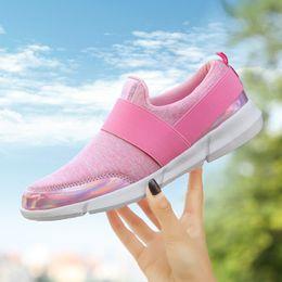 Mujer Verano Volando Tejido de malla de fondo plano con una pierna Lazy Casual Shoes Mujeres embarazadas zapatos de suela blanda de gran tamaño 35-42 zapatos para correr desde fabricantes