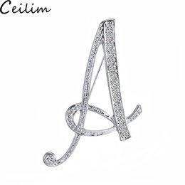 Le iniziali di strass di cristallo online-26 lettera di strass artificiali lettera spille pin spille iniziali di alfabeto inglese gioielli di cristallo accessori per i regali