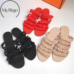 ac8e24b973d83 Myfitgo Été PVC Femmes Chaussons Conception De La Mode Plage Diapositives  Chaîne Bretelles Filles Pantoufles Plat avec Slip Femme Sur Des Chaussures  ...