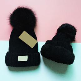 Мода шапочки вязаные шапки с флис Пом Пом твердые шапочки для подарков идеи для взрослых кабель вязание хип-хоп шляпы cheap cable fashion от Поставщики кабельная одежда