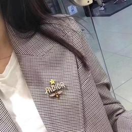2019 jóias de badminton aço D carta broche inoxidável para presente de aniversário mulheres escolhem moda transporte livre broche tem estilo diferente