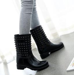 2018 NUEVAS Zapatillas de lluvia para mujer Primavera y otoño Botas de lluvia Martin Remache de tubo medio Botas altas antideslizantes 9510 desde fabricantes