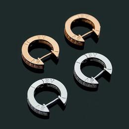 2019 bucles de diamantes Estilo de moda exquisito Señora Titanio de acero Único círculo B Diamante Letra 18k Chapado en oro Pendientes de aro de oreja de compromiso bucles de diamantes baratos