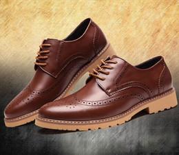2019 zapatos de vestir para hombre con punta de ala Nuevo diseñador TAMAÑO MÁS 38-46 Zapatos de hombre de piel con ala de ala Vestido de negocios Zapatos Oxfords Plataforma Casual Italia Hombres Creepers zapatos de vestir para hombre con punta de ala baratos